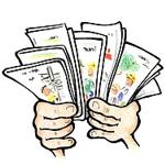 Zwei Hände halten mehrere Broschüren hoch